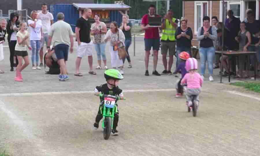 Vídeo: garotinho de 2 anos mostra que, às vezes, o importante NÃO É competir
