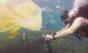 Mergulhador encara mar de lixo plástico nas águas de Bali