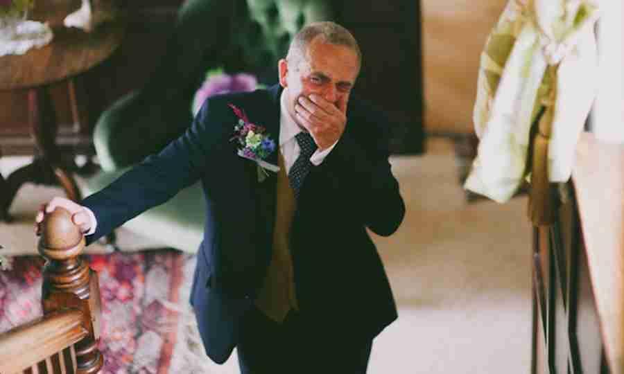 Derreta-se com 15 fotos de pais vendo suas filhas como noivas pela primeira vez