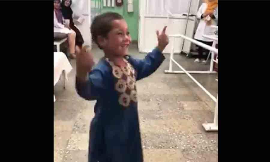Garotinho amputado dança depois de ganhar prótese e vídeo emociona a web. Foto: Reprodução Twitter