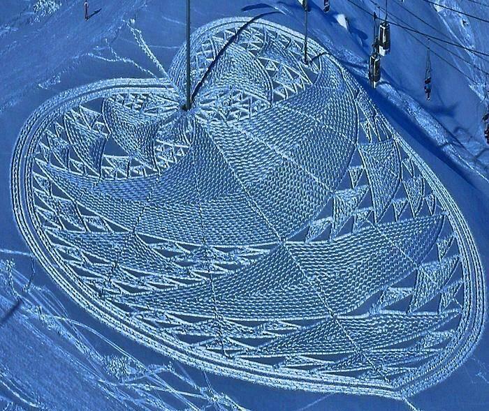 Artista cria obras de arte deixando pegadas na neve