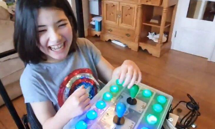 Pai constrói controle de videogame para filha deficiente poder jogar