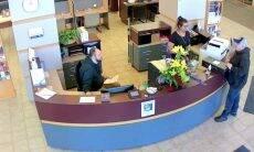 Homem acha caixa com US$ 27 mil e devolve para o banco
