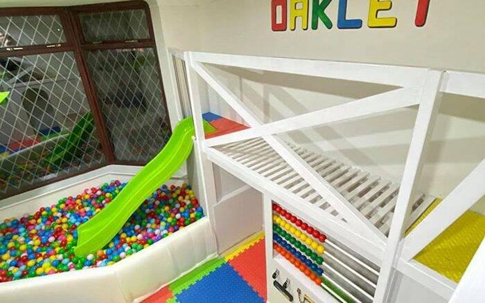 Pai transforma sala de casa em área de diversões para o filho