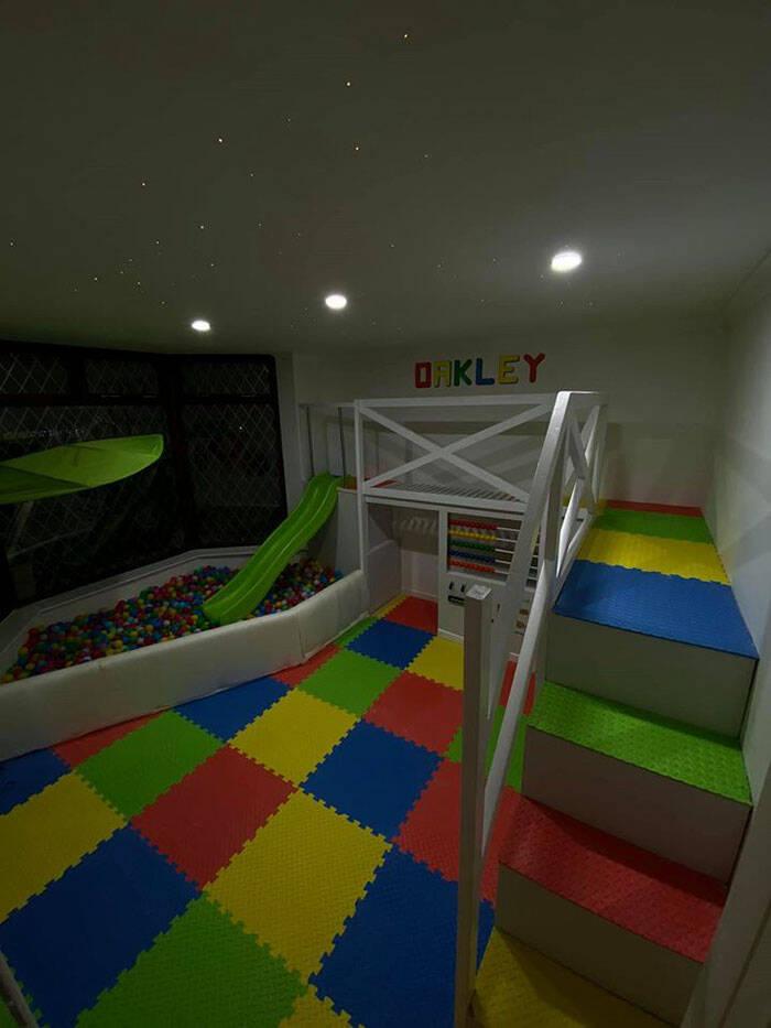 Pai transforma sala de casa em parque de diversões para o filho