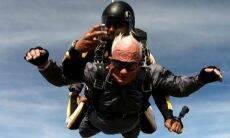 Veterano de guerra e amputado, homem de 90 anos realiza sonho de pular de paraquedas