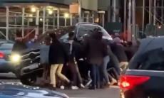 Estranhos se unem para levantar SUV e resgatar vítima de atropelamento