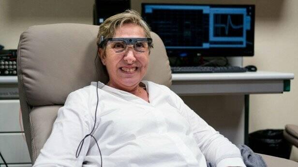 Óculos especiais fazem mulher recuperar a visão após 16 anos