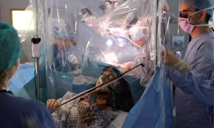 Para não perder capacidade motora, paciente toca violino durante cirurgia