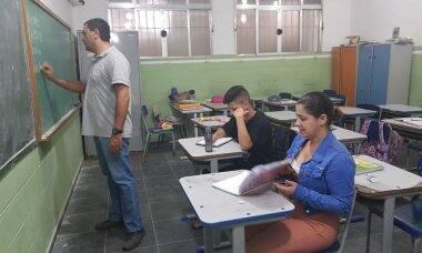 Mãe se matricula na mesma sala do filho para ajudá-lo a estudar