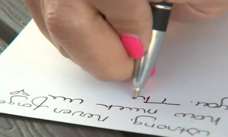 Mulher escreve 20 mil cartas para homenagear bombeiros e policiais
