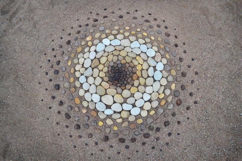 Artista cria obras de arte usando pedras