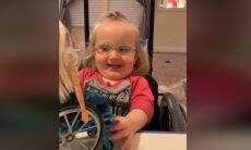Reação de menina viraliza ao ganhar boneca cadeirante