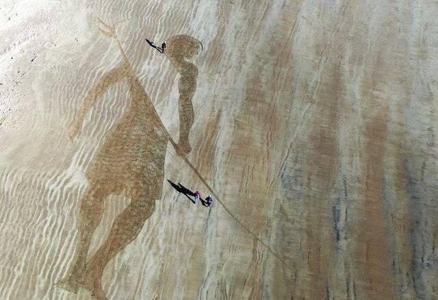Artista cria obra de 45 metros usando ferramentas de jardinagem
