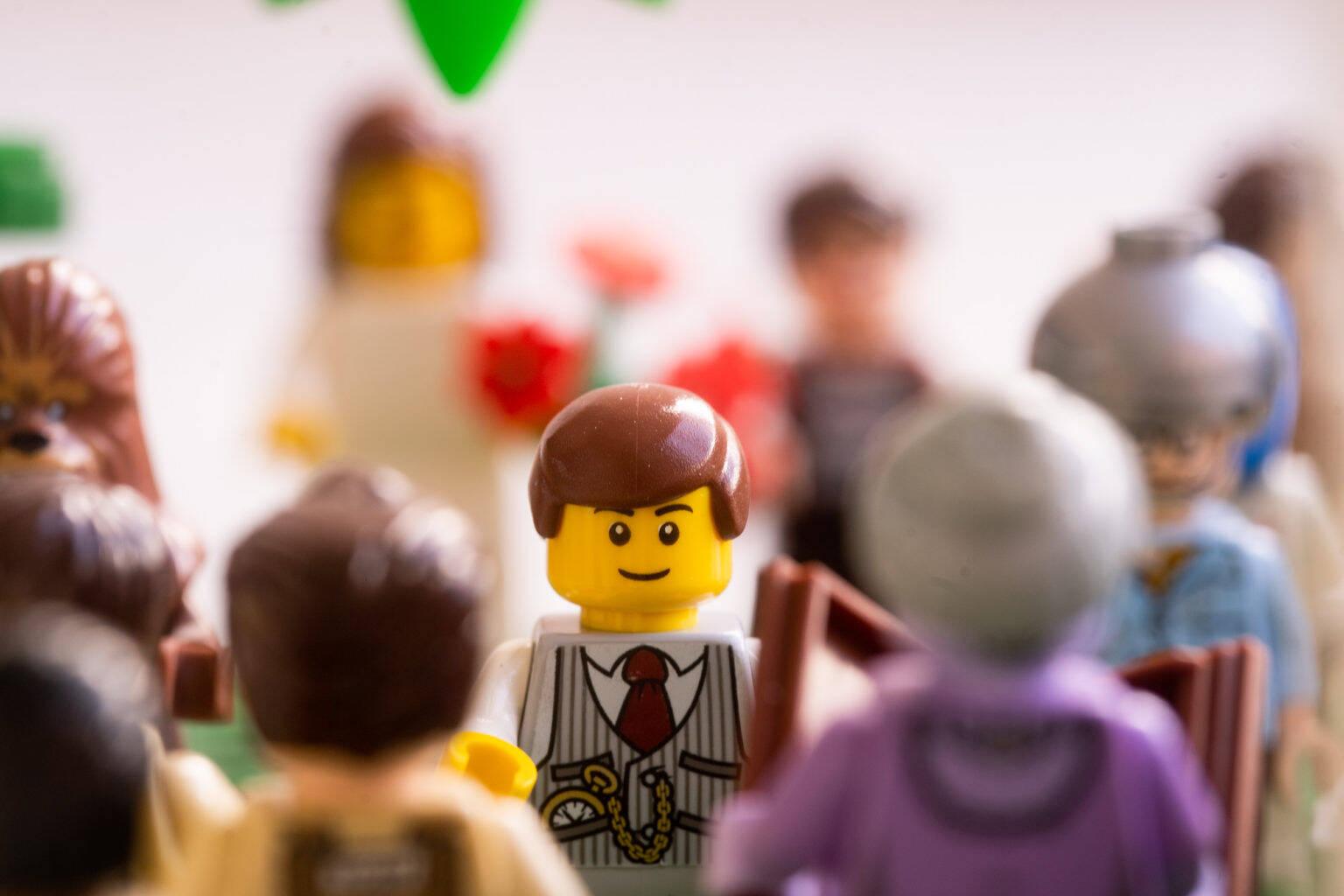 Em isolamento, fotógrafo cria festa de casamento usando Lego
