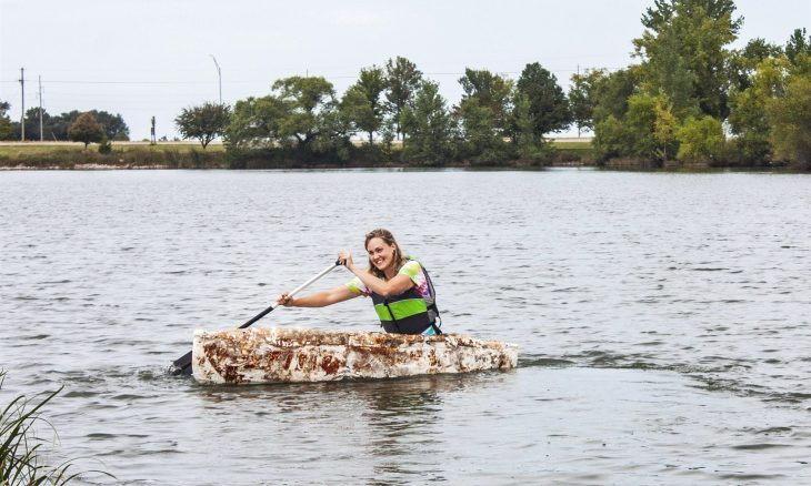 Mulher constrói canoa usando cogumelos