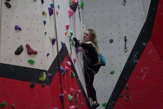 Adolescente de 15 anos monta parede de escalada no quarto