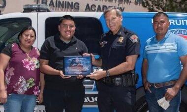 Estudante é homenageado após devolver US$ 135mil que achou em caixa eletrônico