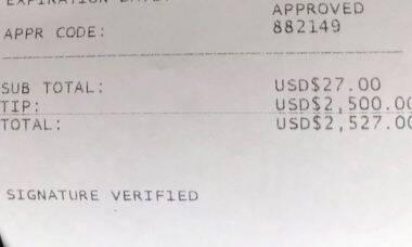 Cliente deixa US$ 5.800 de gorjeta em salão de cabeleireiro