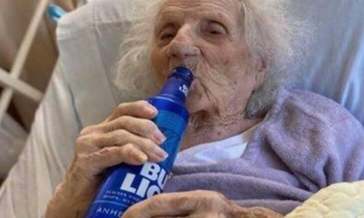 Mulher de 103 anos comemora cura do covid com cerveja