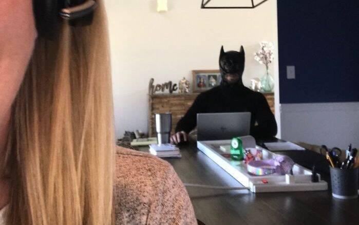 Marido trola reuniões da esposa usando fantasias