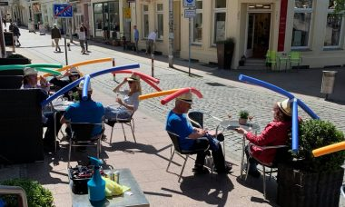 Cafeteria na Alemanha adota medida inusitada para lembrar clientes sobre a importância do distanciamento