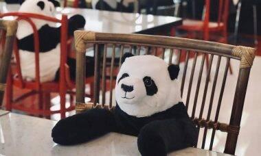 Restaurante usa pandas de pelúcia para lembrar clientes sobre isolamento