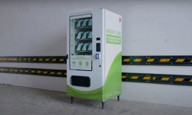 Empresa usa vending machine para distribuir máscaras de graça