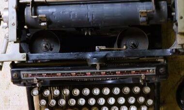Orquestra cria música em casa usando máquinas de escrever