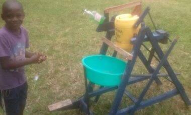 Queniano de nove anos ganha prêmio por invenção contra o covid-19
