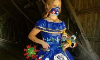 Por bolsa de estudos, estudante cria vestido com 750 metros de fita adesiva