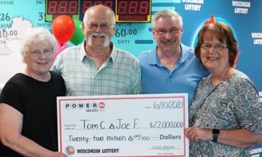 Homem cumpre promessa feita há 28 anos e divide premio milionário da loteria