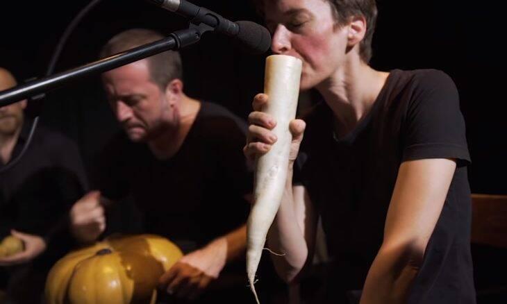 Orquestra usa vegetais como instrumentos musicais