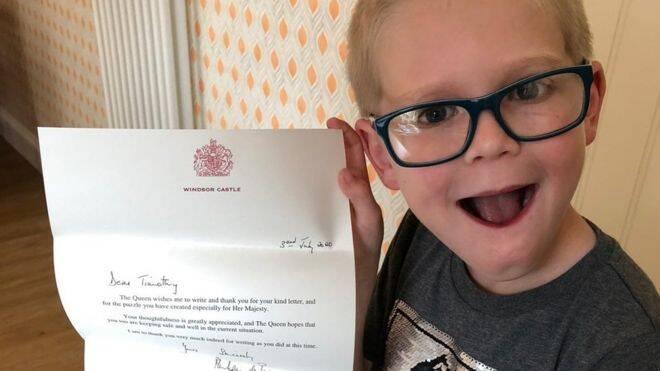 Menino de sete anos cria caça-palavras para rainha Elizabeth II