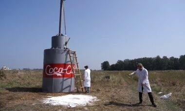 """Vídeo: YouTuber cria versão gigante do experimento """"Mentos com Coca-Cola"""""""