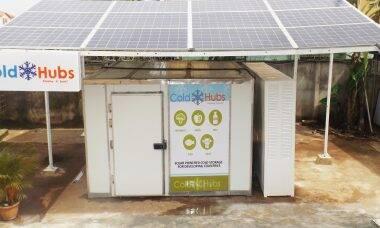 Nigeriano ajuda agricultores com geladeiras de energia solar
