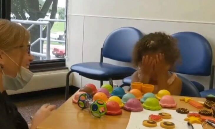 Menina de dois anos ouve pela primeira vez graças a implante
