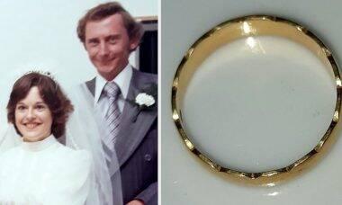 Aposentada reencontra aliança de casamento perdida há 40 anos