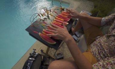 Youtuber viraliza com vídeo de música feita com melancias
