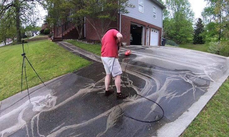 Fotógrafo usa lavadora de pressão para criar mural no quintal