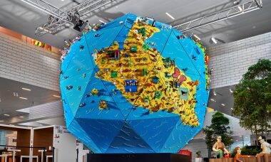 Lego cria globo terrestre gigante com as criações de 430 crianças
