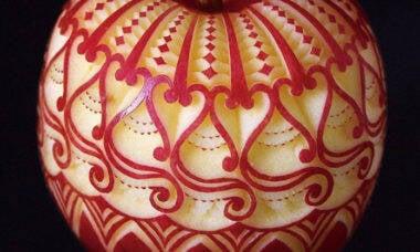 Artista cria obras de arte esculpindo frutas
