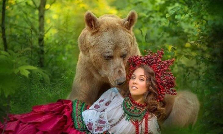 Urso gigante vira modelo fotográfico na Rússia