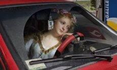Artista insere personagens de pinturas clássicas em cenas do mundo atual