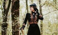 Conheça Mila Povoroznyuk, mulher que ficou famosa na internet ao usar roupas do Século 19 no dia-a-dia