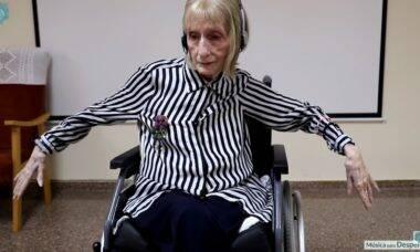 """Vídeo mostra a reação emocionante de uma bailarina com Alzheimer ao ouvir """"O Lago dos Cisnes"""""""