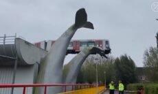 Trem é salvo de acidente por escultura gigante de baleia