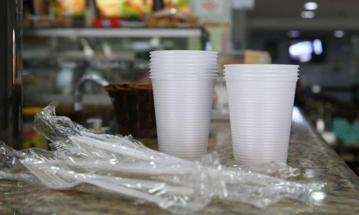 São Paulo proíbe copos, pratos e talheres de plástico