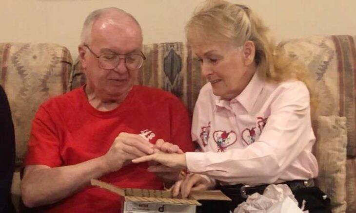 Mulher reencontra aliança de casamento depois de 50 anos