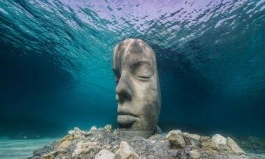 Conheça o artista que usa o mar para expor suas obras